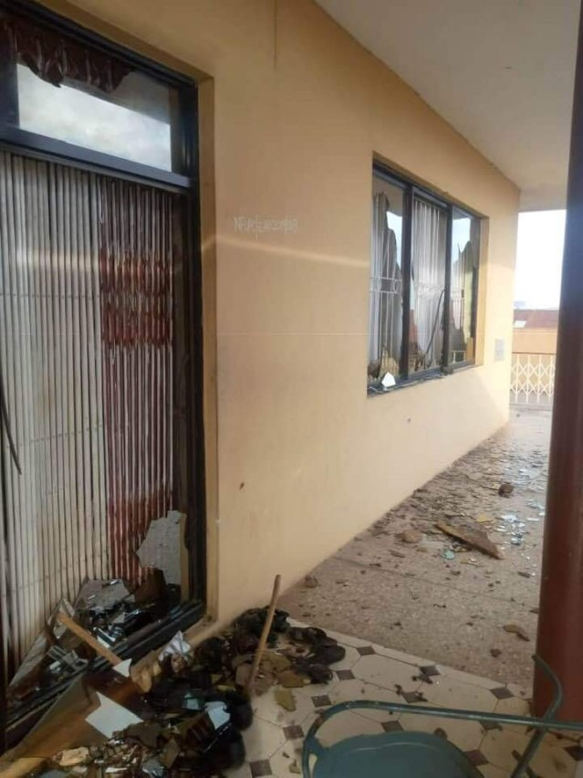 Ogbomosho kings palace vandalized by angry youths after three were killed during #EndSARS protest lindaikejisblog 2