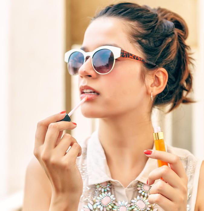 Reflets D'Été de Chanel | www.akanksharedhu.com | applyig lip gloss