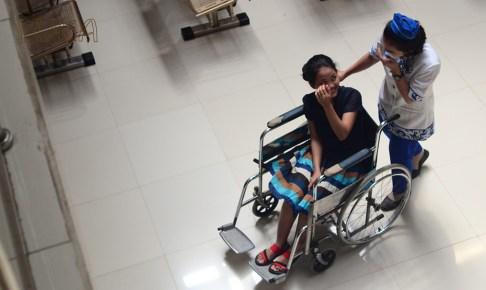 車椅子の女性と看護師