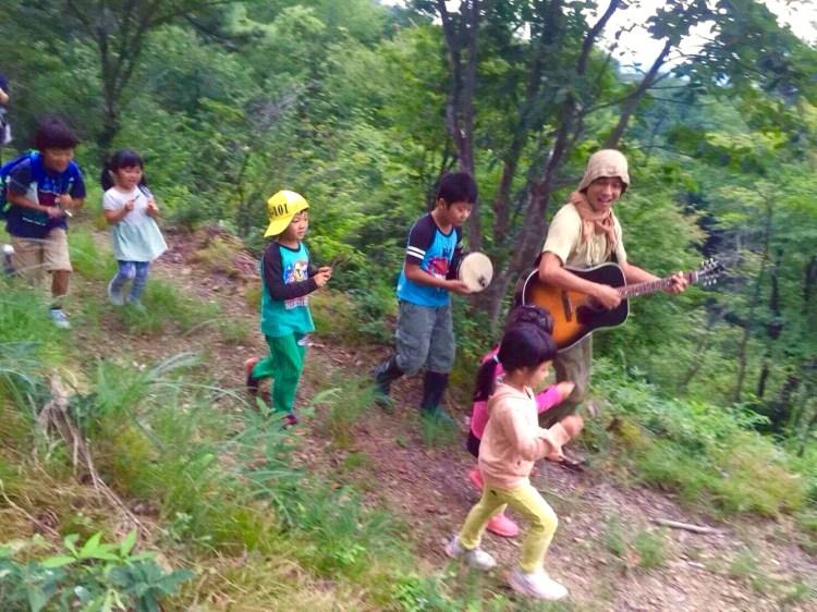 森の楽器を鳴らしながら歩く。