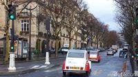 Naik kendaraan beroda empat antik Citroen 2CV berkeliling Paris