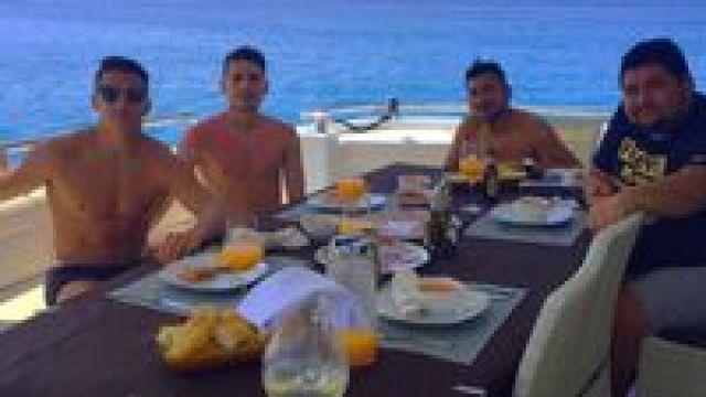 Sanchez berlayar di perairan Spanyol (alexis_officia1/Instagram)