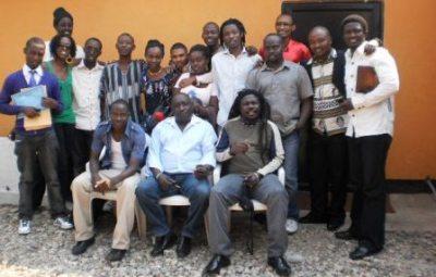 Photo de famille de tous les participants à la conférence de presse (www.akeza.net)