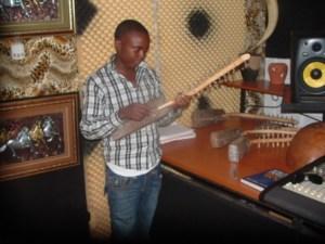 Big Bass avec quelques instruments traditionnels (www.akeza.net)