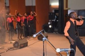 David et ses choristes sur scène (www.akeza.net)