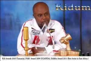 Kidum avec quelques récompenses issues de sa carrière musicales (www.akeza.net)