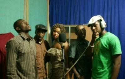 Photo du studio. De gauche a droite Bam'So, Shazi,Chanella,Krazzi Bright,R flo (www.akeza.net)