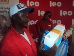 L'un des nombreux gagnants avec son prix (www.akeza.net)