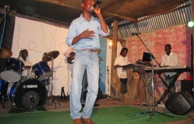 Aston King , fils de Tchandjo chante en mémoire de son père (www.akeza.net)