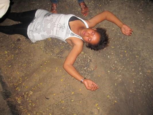 Une fan de Steven Kanumba évanouie au deuil
