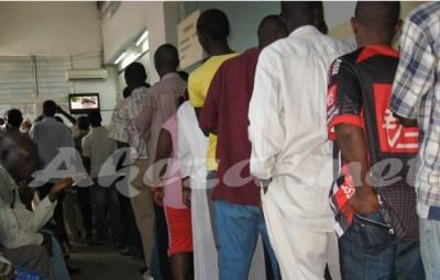 Une file de gens attendant d'etre servis devant le bureau commercial de la REGIDESO (www.akeza.net)