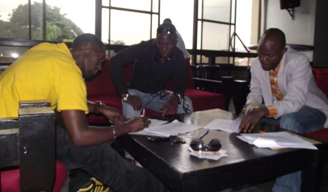 Michael Ross en train de signer avec IMUHIRA FESTIVAL (www.akeza.net)