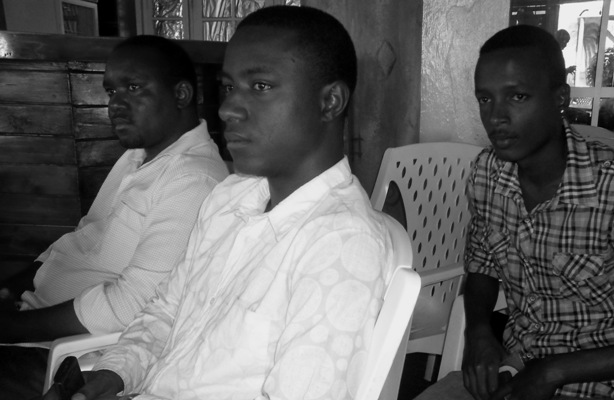Au milieu sur la photo , Arthur Black (www.akeza.net)