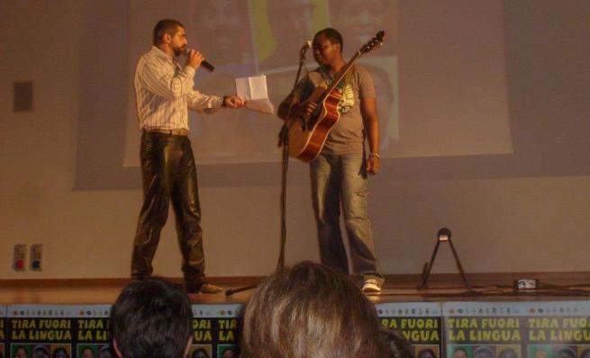 Bobona et le chanteur Italien Bepi sur scène (www.akeza.net)