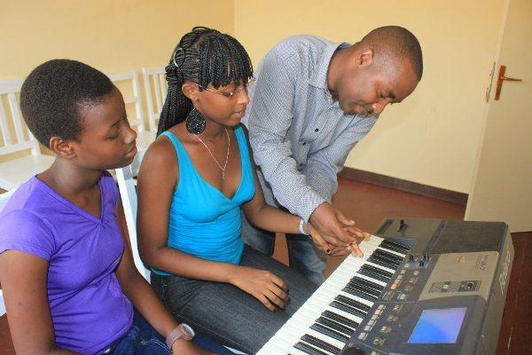 Apôtre Apollinaire donne des cours de piano (www.akeza.net)
