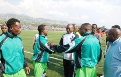 Aimé entrain de présenter à son excellence le Président de la République du Burundi ses coéquipiers quand il était encore capitaine (www.akeza.net)