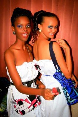 Krystal pose avec son amie mannequin , Louise (www.akeza.net)