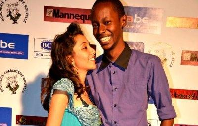 Zuena Salim pose avec le slameur Irwin au défilé de l'agence Babe © Chris Schwagga (www.akeza.net)