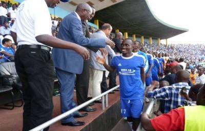 Cédric Amissi en train de serrer la main des officiels lors de la remise de la coupe (www.akeza.net)