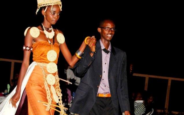 A la fin d'un défilé , Guy Maza salue le public au bras de l'un de ses mannequins (www.akeza.net)