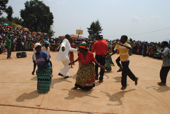 Femi à Isare avec les Batwa (www.akeza.net)