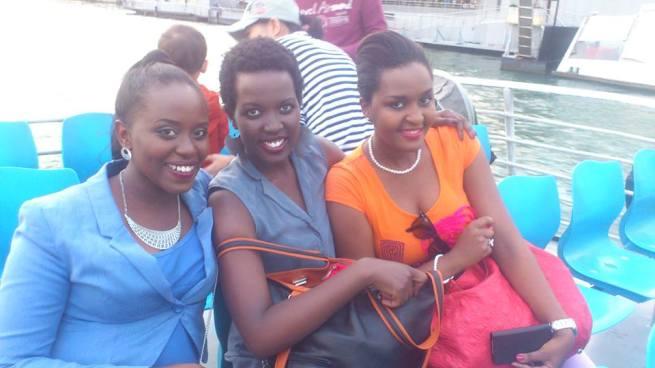 Cynthia et des amis en vacances à Paris (www.akeza.net)