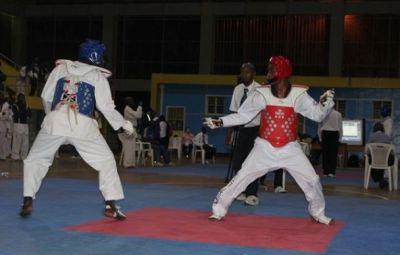 Karatékas au milieu d'un combat à Kigali (www.akeza.net)