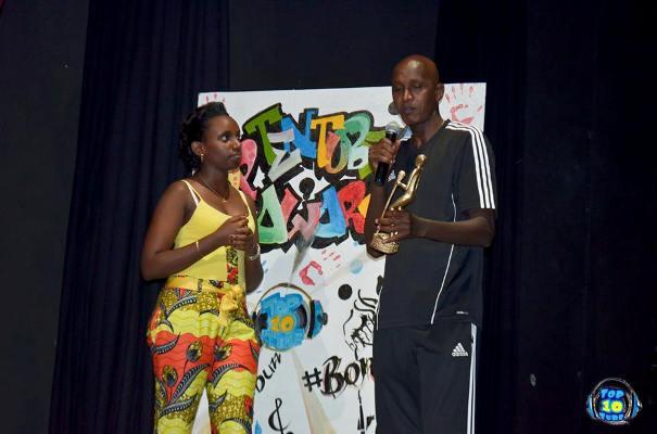 Diane NININAHAZWE remet le trophée ''INYENYERI'' de Francine Niyonsaba à Dieudonné Kwizera dit ''MUVUDUKA'' (www.akeza.net)