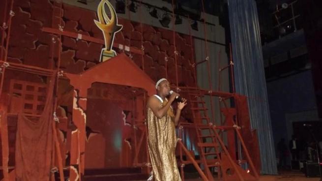 Christian Nsavye lors de la présentation sur scène.(www.akeza.net)