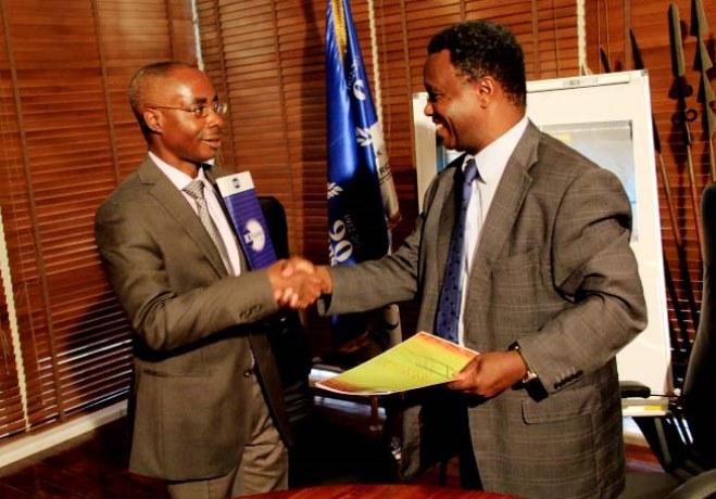 L' ADG de la BCB et le représentant du Festicab lors de la signatre du contrat (www.akeza.net)