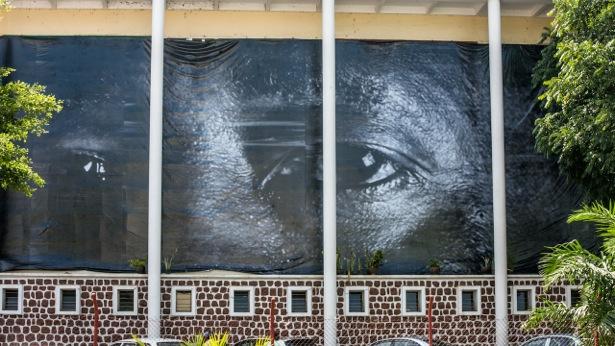 L'œuvre de Rosalie Colfs, collées sur les mûrs à Bujumbura (www.akeza.net)