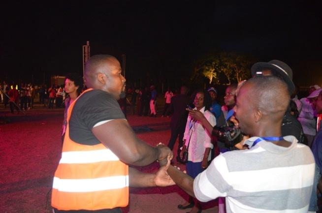 Le «Body guard» en train de retirer Eric Ndengiyumva de sa place, afin d'en découdre avec ce journaliste.©Akeza.net