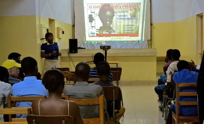 La réalisatrice Francine Munyana présente son film ''6' Commandement au Ciné Club Menya'' (www.akeza.net)