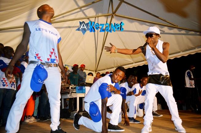 Sat-B sur scène en train de présenter au public ses danseurs.©Akeza.net