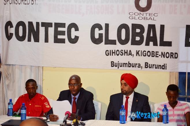 Dieudonné Kwizera et le représentant de la société GLOBAL CONTEC (www.akeza.net)