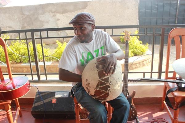 Steven Sogo avec son instrument fétiche , Igondera (www.akeza.net)