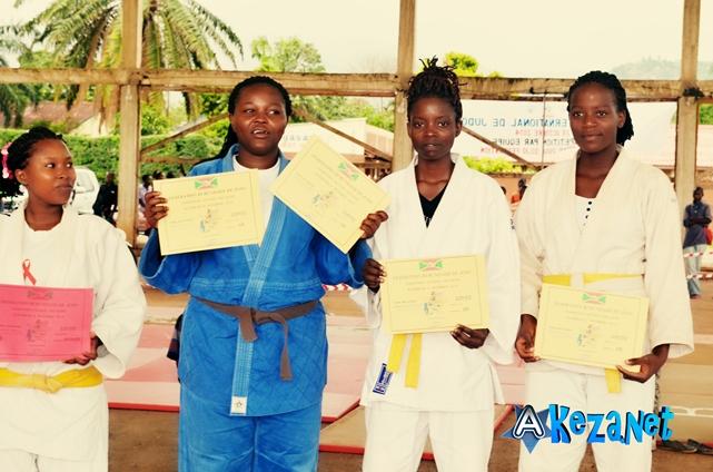 Les judokas posant avec leurs certificats. (www.akeza.net)
