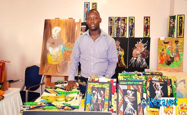 Johny NIBIZI : un agronome converti peintre, lors de l' exposition faite par l' Ambassade des USA au Burundi.(www .akeza.net)