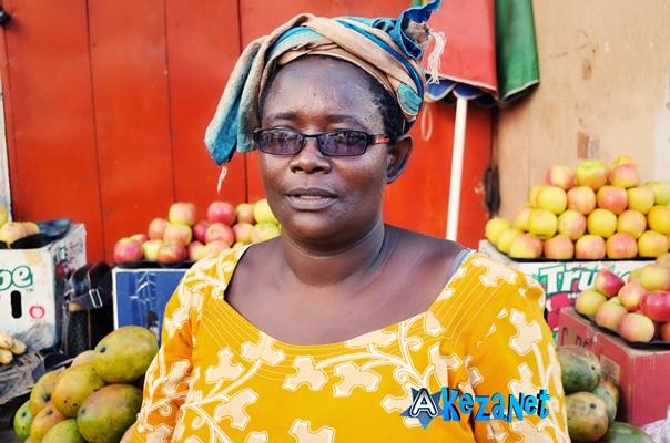Pascasie Habimana , vendeuse de fruits et légumes au Grocery Store de Bujumbura.(www .akeza.net)