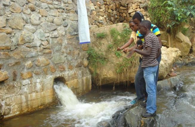 Peres Niyonsaba à gauche, sur l'une de ses retenues d'eau.(www.akeza.net)