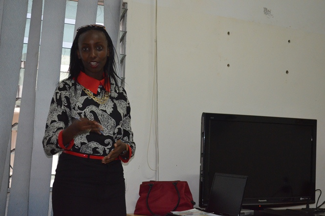 Allegria Nduwimana , leader de l' association, en plein association.©Akeza.net