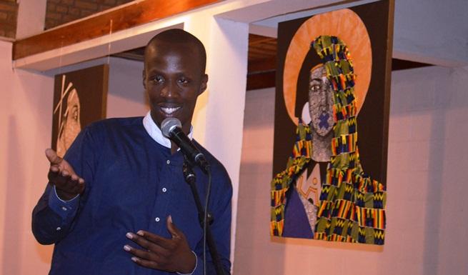 Nelson Niyakire lors de l' ouverture de son exposition.©Akeza.net