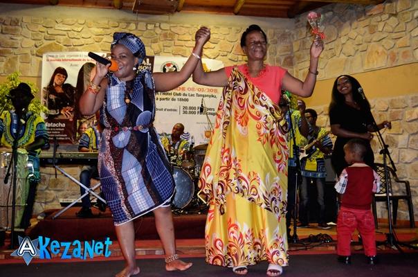 Edwige chante pour sa maman ©Akeza.net