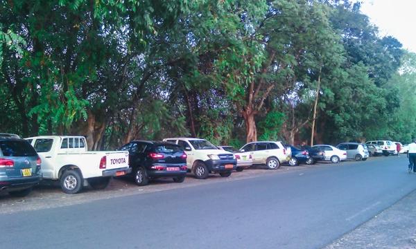 Parking devant le Jardin Public à 17h
