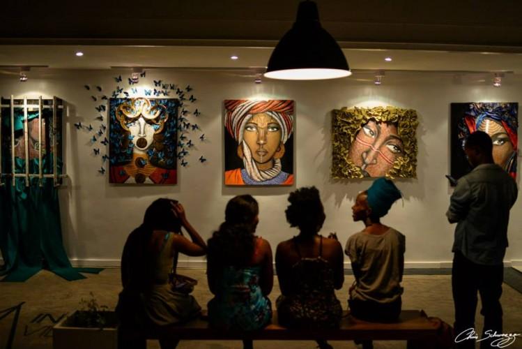 Des personnes venues à l'exposition de Nelson Niyakire à ©Chris Schwagga