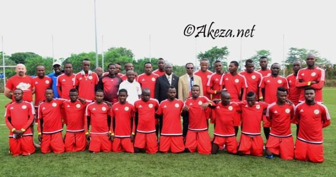 Les 28 joueurs de l'équipe nationales, posent ensemblent avec le nouveau ministre du sports Jean Bosco Hitimana.©akeza.net