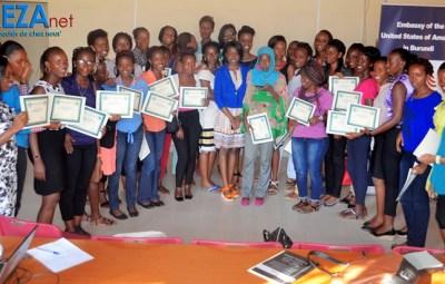 Participante à la formation après réception de certifocats ©Akeza.net