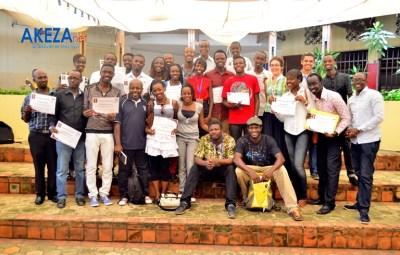 Photo de famille après la remise des certificats ©Akeza.net