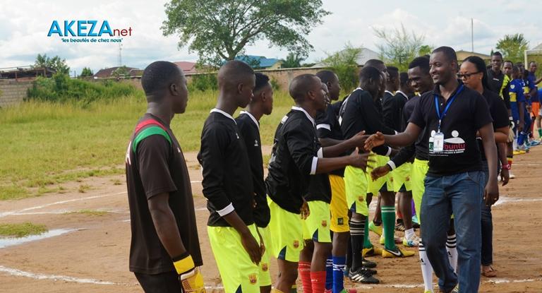 Les joueurs saluant les officiels ©Akeza.net