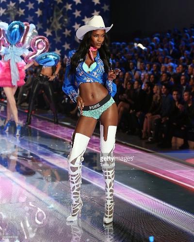 Leila Nda défilant pour Victoria Secret 2015